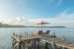 Έννοια καλοκαιριού, ταξιδιού, διακοπών και διακοπών - καρέκλες παραλιών και Στοκ φωτογραφίες με δικαίωμα ελεύθερης χρήσης