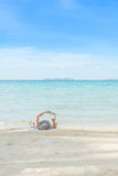 Έννοια καλοκαιριού, ταξιδιού, διακοπών και διακοπών - το άτομο που στηρίζεται είναι Στοκ φωτογραφία με δικαίωμα ελεύθερης χρήσης