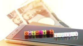 Έννοια κοινωνίας Cashless με το αλφάβητο, smartphone για το electroni Στοκ Φωτογραφία