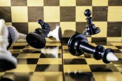 Έννοια, κομμάτια σκακιού που αφορά μια σκακιέρα στοκ φωτογραφία με δικαίωμα ελεύθερης χρήσης