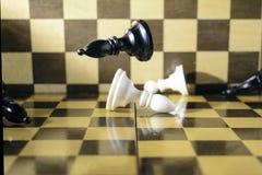 Έννοια, κομμάτια σκακιού που αφορά μια σκακιέρα στοκ φωτογραφίες