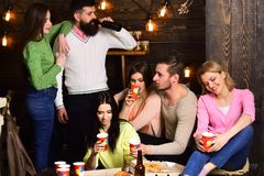 Έννοια κομμάτων πιτσών σπουδαστών Οι σπουδαστές, φίλοι, σύντροφοι ομάδας με το δάσκαλο γιορτάζουν, έχουν τη διασκέδαση, σκοτεινό  στοκ φωτογραφία