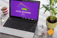 Έννοια κράτησης ξενοδοχείων σε ένα lap-top στοκ εικόνες με δικαίωμα ελεύθερης χρήσης