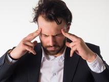 Έννοια κρίσης: Ο επιβαρυνμένος επιχειρηματίας έκλεισε τα μάτια και με τα χέρια σε επικεφαλής και να φωνάξει που απομονώθηκε στο ά Στοκ εικόνα με δικαίωμα ελεύθερης χρήσης