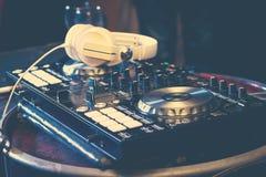 Έννοια κόμματος: ηλεκτρικά κεφάλια αναμικτών χιπ χοπ περιστροφικών πλακών φορέων του DJ Στοκ Φωτογραφία