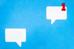 Έννοια λεκτικών φυσαλίδων εγγράφου στο μπλε υπόβαθρο Κοινωνική έννοια συνομιλίας μέσων στοκ εικόνες