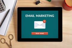 Έννοια μάρκετινγκ ηλεκτρονικού ταχυδρομείου στην οθόνη ταμπλετών με τα αντικείμενα γραφείων Στοκ Εικόνες