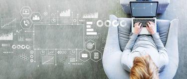 Έννοια μάρκετινγκ με το άτομο που χρησιμοποιεί ένα lap-top Στοκ Φωτογραφίες
