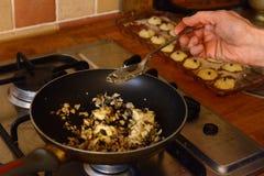 Έννοια μαγειρέματος και σπιτιών - κλείστε επάνω των θηλυκών χεριών ζυμώνοντας τη ζύμη στο σπίτι Στοκ εικόνα με δικαίωμα ελεύθερης χρήσης