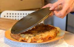 Έννοια μαγειρέματος και σπιτιών - κλείστε επάνω των θηλυκών χεριών ζυμώνοντας τη ζύμη στο σπίτι στοκ εικόνες