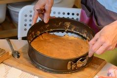 Έννοια μαγειρέματος και σπιτιών - κλείστε επάνω των θηλυκών χεριών ζυμώνοντας τη ζύμη στο σπίτι στοκ φωτογραφίες
