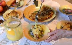 Έννοια μαγειρέματος και σπιτιών - κλείστε επάνω των θηλυκών χεριών ζυμώνοντας τη ζύμη στο σπίτι Στοκ φωτογραφίες με δικαίωμα ελεύθερης χρήσης