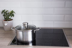Έννοια μαγειρέματος - κλείστε επάνω του δοχείου μετάλλων σε ηλεκτρικό ή την επαγωγή στοκ φωτογραφίες με δικαίωμα ελεύθερης χρήσης