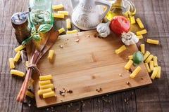 Έννοια μαγειρέματος Συστατικά για το μαγείρεμα των ζυμαρικών στοκ εικόνες