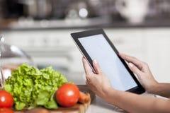 Έννοια μαγειρέματος, τεχνολογίας και σπιτιών Στοκ Φωτογραφία