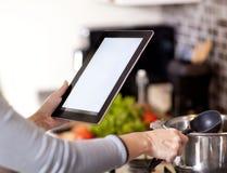 Έννοια μαγειρέματος, τεχνολογίας και σπιτιών Στοκ Φωτογραφίες
