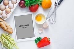 Έννοια μαγειρέματος, υπολογιστής ταμπλετών και συστατικό προγευμάτων στο άσπρο bacjground στοκ φωτογραφίες με δικαίωμα ελεύθερης χρήσης