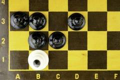 Έννοια, μαύρο ματ ενέχυρων μια άσπρη τοπ άποψη βασιλιάδων στοκ εικόνα με δικαίωμα ελεύθερης χρήσης