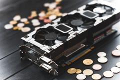 Έννοια μεταλλείας Cryptocurrency με τα bitcoins σε έναν υπολογιστή videocard στοκ εικόνες
