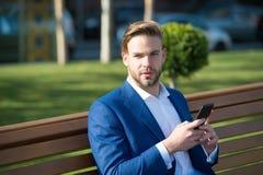 Έννοια μηνυμάτων Το άτομο δακτυλογραφεί το κινητό τηλέφωνο μηνυμάτων Το άτομο στον επιχειρηματία κοστουμιών εκμεταλλεύεται τις σύ Στοκ Φωτογραφίες