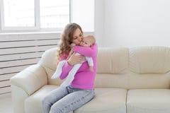 Έννοια μητρότητας, παιδιών και νηπίων - μητέρα και το νεογέννητο μωρό της πέρα από το άσπρο υπόβαθρο με το διάστημα αντιγράφων στοκ φωτογραφία με δικαίωμα ελεύθερης χρήσης
