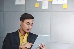 Έννοια μικρών επιχειρήσεων και στρατηγικής Νέος επιχειρηματίας στην αίθουσα συνεδριάσεων των γραφείων Εργασία με την ψηφιακή ταμπ στοκ εικόνες