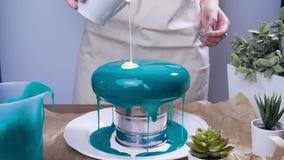 Έννοια μικρών επιχειρήσεων και χόμπι Γυναίκα που διακοσμεί τα κέικ με το αντανακλημένο λούστρο απόθεμα βίντεο