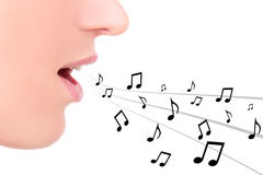 Έννοια μουσικής - κλείστε επάνω του θηλυκού στοματικού τραγουδιού πέρα από το λευκό Στοκ Φωτογραφίες