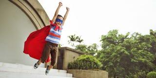 Έννοια μυγών Dressup Superhero παιδιών στοκ φωτογραφία με δικαίωμα ελεύθερης χρήσης