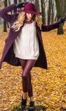 Έννοια μόδας πτώσης, όμορφη κομψή γυναίκα στο πάρκο στοκ εικόνες