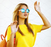 Έννοια μόδας, ενδυμάτων και ανθρώπων - μοντέρνο όμορφο κορίτσι Στοκ εικόνες με δικαίωμα ελεύθερης χρήσης