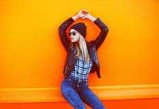 Έννοια μόδας οδών - μοντέρνο δροσερό κορίτσι στο μαύρο ύφος βράχου Στοκ Φωτογραφίες