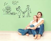 Έννοια νέο ζεύγος που ονειρεύεται το καινούργιο σπίτι, αυτοκίνητο, παιδί, οικονομική ευημερία
