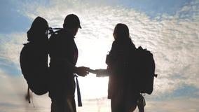 Έννοια ναυσιπλοΐας τουρισμού ομαδικής εργασίας Ευτυχής σκιαγραφία οικογενειακών οδοιπόρων στη φύση που κοιτάζει σε μια πορεία ναυ απόθεμα βίντεο