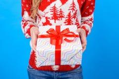 Έννοια να αγοράσει παρούσα επάνω στα Χριστούγεννα και το νέο έτος καλλιεργημένος στοκ εικόνα με δικαίωμα ελεύθερης χρήσης