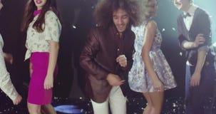 Έννοια νυχτερινής ζωής, ομάδα νέων όμορφων ανδρών και χορός γυναικών απόθεμα βίντεο