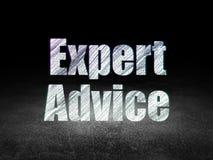 Έννοια νόμου: Συμβουλή από ειδήμονες στο σκοτεινό δωμάτιο grunge στοκ εικόνα