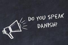Έννοια ξένων γλωσσών εκμάθησης Το σύμβολο κιμωλίας του μεγάφωνου με τη φράση εσείς μιλά δανικά διανυσματική απεικόνιση