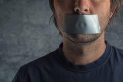 Έννοια λογοκρισίας, άτομο με την ταινία αγωγών στο στόμα στοκ φωτογραφία με δικαίωμα ελεύθερης χρήσης