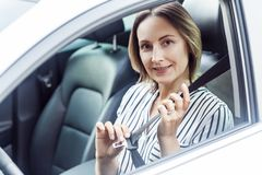Έννοια οδικής ασφάλειας Η όμορφη επιχειρησιακή γυναίκα που στερεώνει το κάθισμά της είναι Στοκ Εικόνα