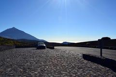 Έννοια οδικού ταξιδιού με το αυτοκίνητο και αιχμή Teide Tenerife Στοκ εικόνες με δικαίωμα ελεύθερης χρήσης