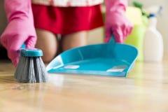 Έννοια οικιακών, καθαρισμού και οικοκυρικής - γυναίκα με τη βούρτσα Στοκ Εικόνα