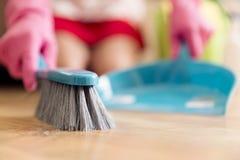 Έννοια οικιακών, καθαρισμού και οικοκυρικής - γυναίκα με τη βούρτσα Στοκ εικόνες με δικαίωμα ελεύθερης χρήσης
