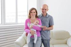 Έννοια οικογένειας, νηπίων και παιδιών - ευτυχείς μητέρα και πατέρας με το μωρό τους στοκ φωτογραφία με δικαίωμα ελεύθερης χρήσης
