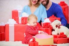 Έννοια οικογενειακής αγάπης Το μόνο που χρειαζόμαστε είναι αγάπη Το ζεύγος ερωτευμένο με το μικρό παιδί μωρών γιορτάζει την επέτε στοκ φωτογραφίες