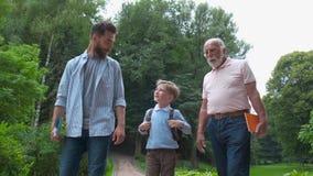 Έννοια οικογενειακών γενεών: Πατέρας, γιος και Granddad, υπαίθρια, στη φύση, που απολαμβάνει τον ποιοτικό χρόνο τους μαζί, όλοι μ φιλμ μικρού μήκους