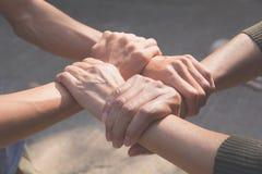 Έννοια ομαδικής εργασίας Άνθρωποι που ενώνουν για την επιτυχία συνεργασίας collab Στοκ Φωτογραφία