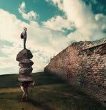Έννοια ομαδικής εργασίας Άτομο με έναν σωρό των πετρών στην πλάτη του και ένα άτομο που πάνω από τους, στοκ εικόνα με δικαίωμα ελεύθερης χρήσης