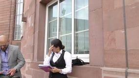 Έννοια ομιλίας ομαδικής εργασίας επιχειρησιακών ανδρών και γυναικών απόθεμα βίντεο