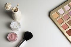 Έννοια ομορφιάς: τοπ άποψη καλλυντικών σχετικά με έναν άσπρο πίνακα Εργασιακός χώρος, Στοκ εικόνες με δικαίωμα ελεύθερης χρήσης